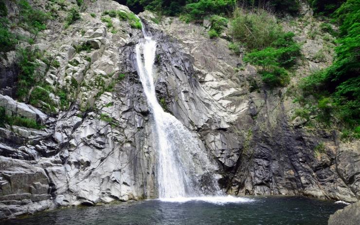 高さ43m!日本三大神滝、布引の滝