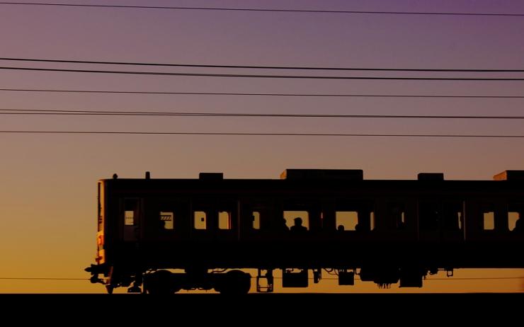 電車が緊急停止!線路内に女性がいた理由が怖い・・